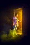 Mannen öppnar dörren Royaltyfria Foton