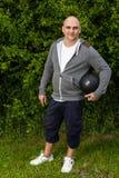 Mannen övar utomhus med en 3 kg medicinboll Royaltyfri Fotografi