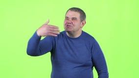 Mannen överför en luftkyss grön skärm långsam rörelse stock video