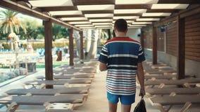 Mannen ankom på en semesterort arkivfilmer