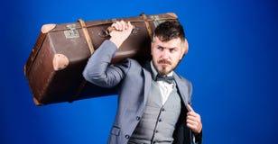 Mannen ansade väl den skäggiga hipsteren med den stora resväskan Ta all din saker med dig tung resväska stiligt för bakgrundsaskl royaltyfri fotografi