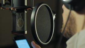 Mannen antecknar hans stämma i inspelningstudion arkivfilmer