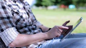 Mannen använder den digitala minnestavlan stock video