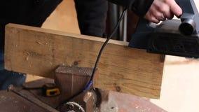 Mannen använder elkraftnivån i hans garage stock video