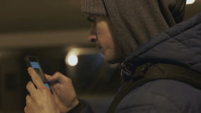 Mannen använder en smartphone i gångtunnelnärbilden stock video