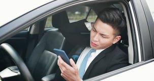 Mannen använder en telefon allvarligt arkivbild