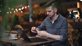 Mannen använder felaktigt en kreditkort lager videofilmer
