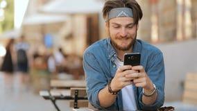Mannen använder Smartphone i gata lager videofilmer