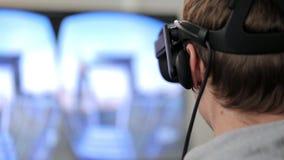 Mannen använder virtuell verklighetexponeringsglas arkivfilmer