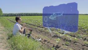 Mannen arbetar med rotoren 3D på holographic skärm på kanten av fältet lager videofilmer