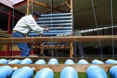 Mannen arbetar med spolegarn i guatemalanskt väva Arkivbilder
