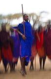 Mannen av en stamMasai visar rituella hopp Arkivfoto