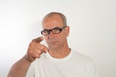 Mannen av femtio med exponeringsglas visar fingrarna Royaltyfri Fotografi