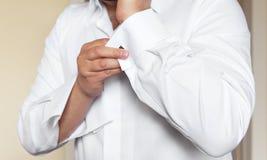 Mannen bär den vita skjortan och cufflinks Arkivfoto