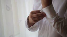 Mannen bär den vita skjortan och cufflinks lager videofilmer