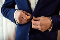 Mannen bär ett omslag Fotografering för Bildbyråer