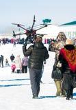 Mannen bär på hans skuldra ett stort surr Fotografering för Bildbyråer