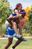Mannen bär stil för kvinna på ryggen på Atlanta friluftsdaglekar Arkivbilder