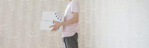 Mannen bär tecknad filmaskar och flyttning till det nya hem- plana begreppet f arkivbild