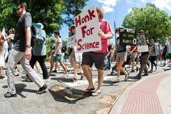 Mannen bär tecknet som går i den Atlanta mars för vetenskap Royaltyfria Bilder