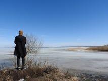 Mannen bakifrån, fotograferat i vinter, den djupfrysta sjön Pleshcheyevo, Yaroslavl oblast, Pereslavl Zalessky fotografering för bildbyråer
