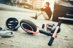 Mannen belastas, medan drickas med körning av krasch som en barncykelolycka uppstår royaltyfri bild