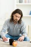 mannen bemärker writing arkivbild