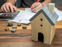 Mannen beräknar finansiella problem med hem- skuld, och fakturor, pengarbegreppet, fastighet, köper en lägenhet arkivfoto