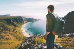 Mannen beundrar flyg- sikt för havstrand som reser solo arkivfoto