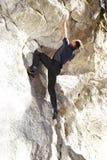 Mannen bouldering Royaltyfria Bilder