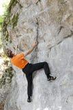 Mannen bouldering Arkivbild