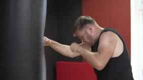 Mannen boxas i idrottshallen lager videofilmer