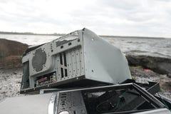 Mannen bryter en dator för hammaresystemenhet Mannen med en pulkahammare och förstör datoren i ultrarapid, floden och royaltyfria foton