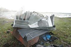 Mannen bryter en dator för hammaresystemenhet Mannen med en pulkahammare och förstör datoren i ultrarapid, floden och arkivbilder