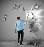 Mannen bryter en vägg Arkivfoto