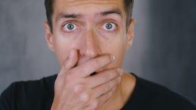 Mannen chockas för att se något som är ruskig Chockad bed?vad man arkivfilmer