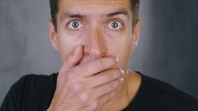 Mannen chockas för att se något som är ruskig Chockad bed?vad man stock video