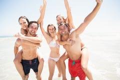 Mannen die een vervoer per kangoeroewagen geven aan vrouwen op het strand Royalty-vrije Stock Fotografie