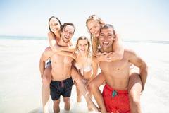 Mannen die een vervoer per kangoeroewagen geven aan vrouwen op het strand Royalty-vrije Stock Afbeelding