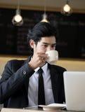 Mannen dricker kaffe Arkivbilder