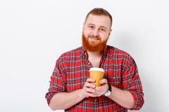Mannen dricker kaffe för att vakna upp Royaltyfria Bilder