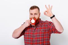 Mannen dricker kaffe för att vakna upp Royaltyfria Foton
