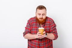 Mannen dricker kaffe för att vakna upp Arkivbilder