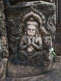 Mannen eller guden som snider på sandstenen på historiska Phimai, parkerar Fotografering för Bildbyråer