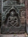 Mannen eller guden som snider på sandstenen på historiska Phimai, parkerar Royaltyfri Fotografi