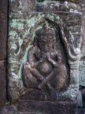 Mannen eller guden som snider på sandstenen på historiska Phimai, parkerar Royaltyfri Foto
