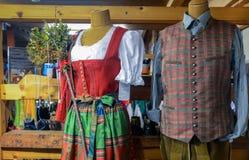 Mannen en van vrouwen Oostenrijkse traditionele kleding bij giftwinkel stock foto