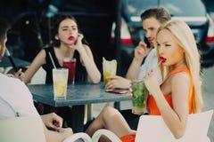 Mannen en vrouwen in bar op de zomerdag royalty-vrije stock afbeeldingen