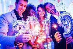 Mannen en vrouwen die het nieuwe jaar 2019 vieren stock afbeeldingen