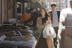 Mannen en vrouwen die hun manier langs een smalle straat in Chinatown maken stock afbeelding